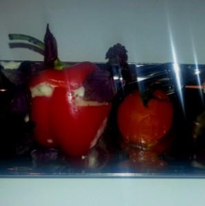gevuld mini paprikaatje met gepofte cherry tomaat
